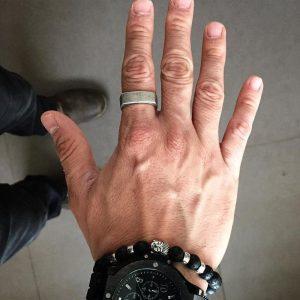 Bague homme vintage au doigt